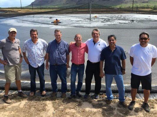 George Chamberlain (thứ ba từ phải sang) cùng đồng nghiệp tại Kona Bay Shrimp, Hawaii